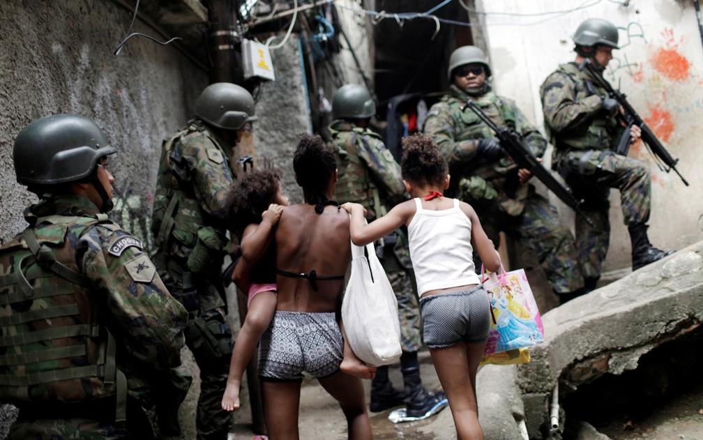 Militares fazem reconhecimento na Rocinha (Foto: Ricardo Moraes / Reuters)