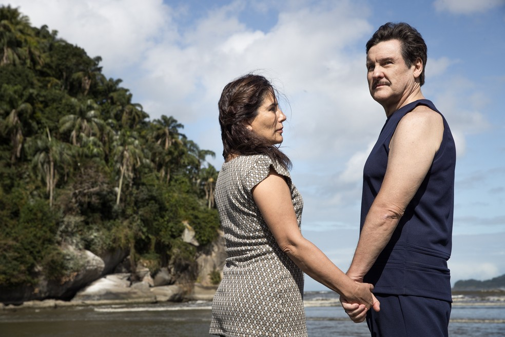 Lola (Gloria Pires) e Júlio (Antonio Calloni) vão à praia em Santos em 'Éramos Seis' — Foto: Raquel Cunha/Globo