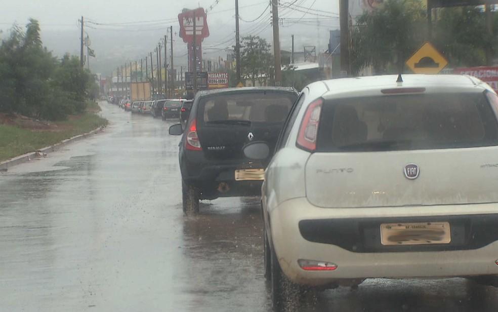 Engarrafamento na Via Estrutural causado por obra — Foto: TV Globo/Reprodução