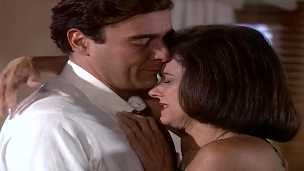 Danilo (Alexandre Borges) e Alma (Marieta Severo) se acertam, em 'Laços de Família' — Foto: TV Globo