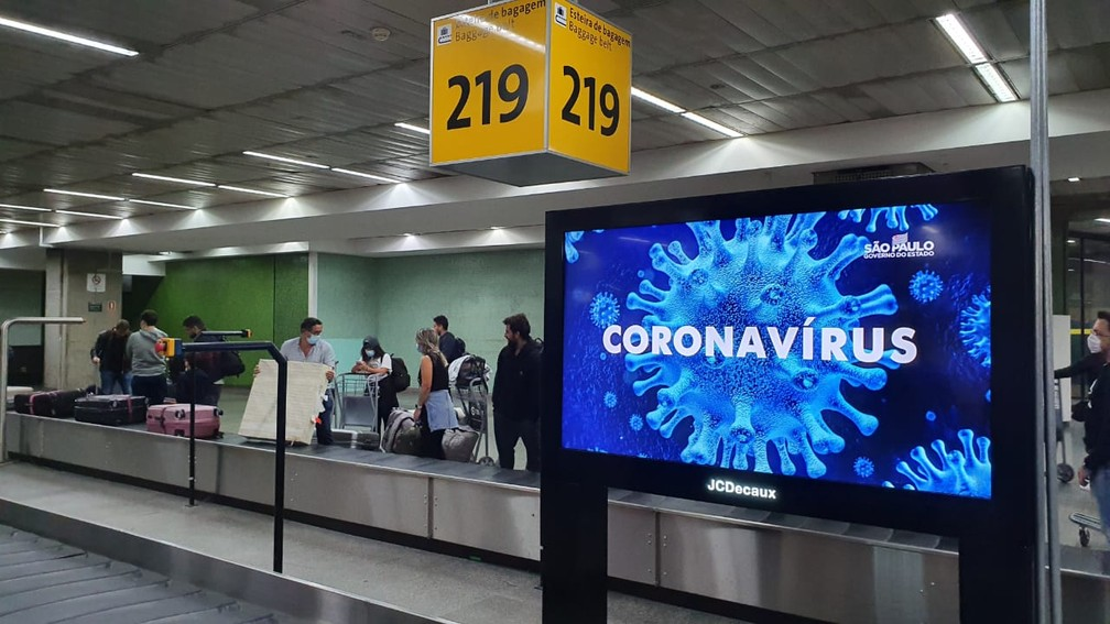 Passageiros aguardam para retirar bagagens no Aeroporto de Cumbica em Guarulhos — Foto: Marina Pinhoni/G1