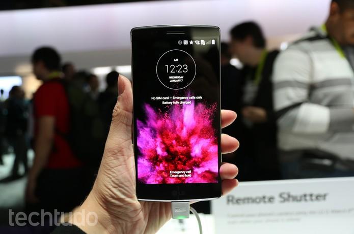 LG G Flex 2 traz um design caprichado, com destaque para a tela curvada (Foto: Isadora Díaz/TechTudo)