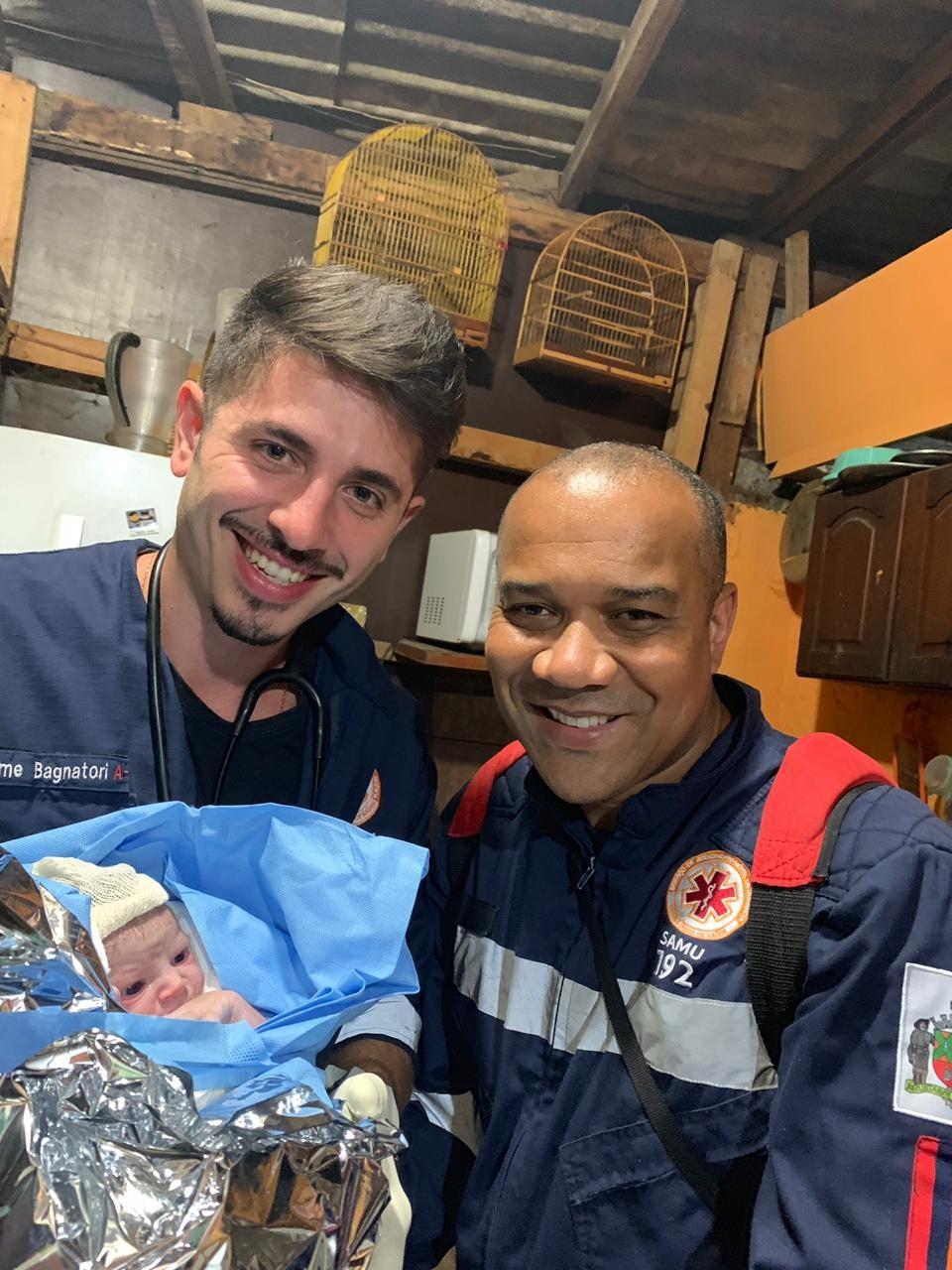 Pai ajuda no parto do próprio filho em após receber orientação por telefone - Notícias - Plantão Diário