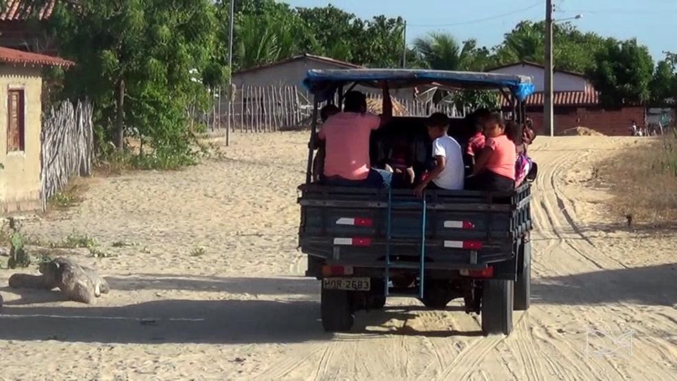 Estudantes em Tutóia ainda vão para a escola por meio de pau de arara (Foto: Reprodução/TV Mirante)