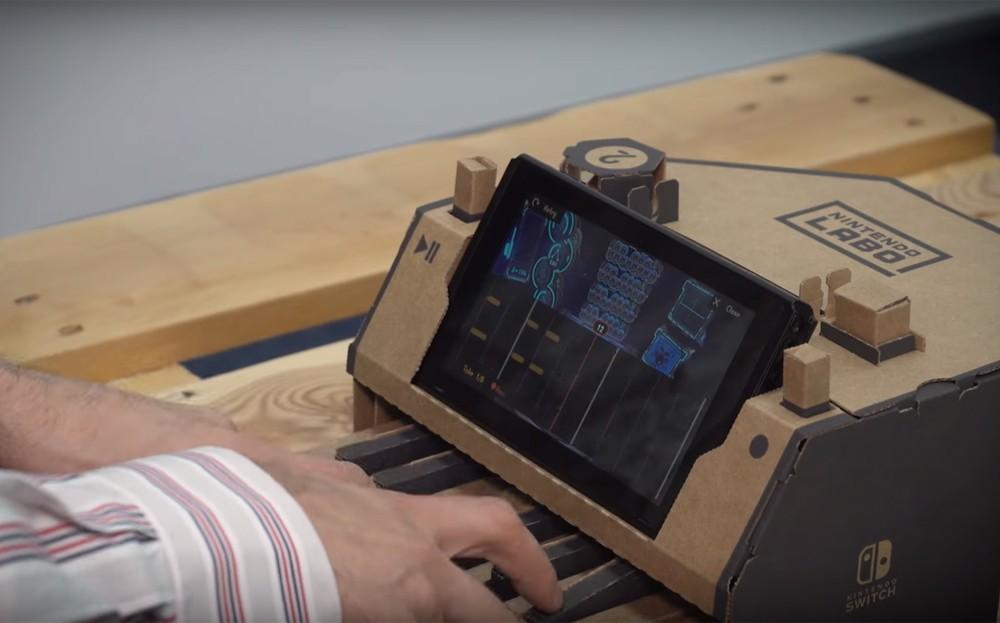 O compositor Ramin Djawadi toca o teclado de papelão do Nintendo Labo (Foto: Reprodução/YouTube)