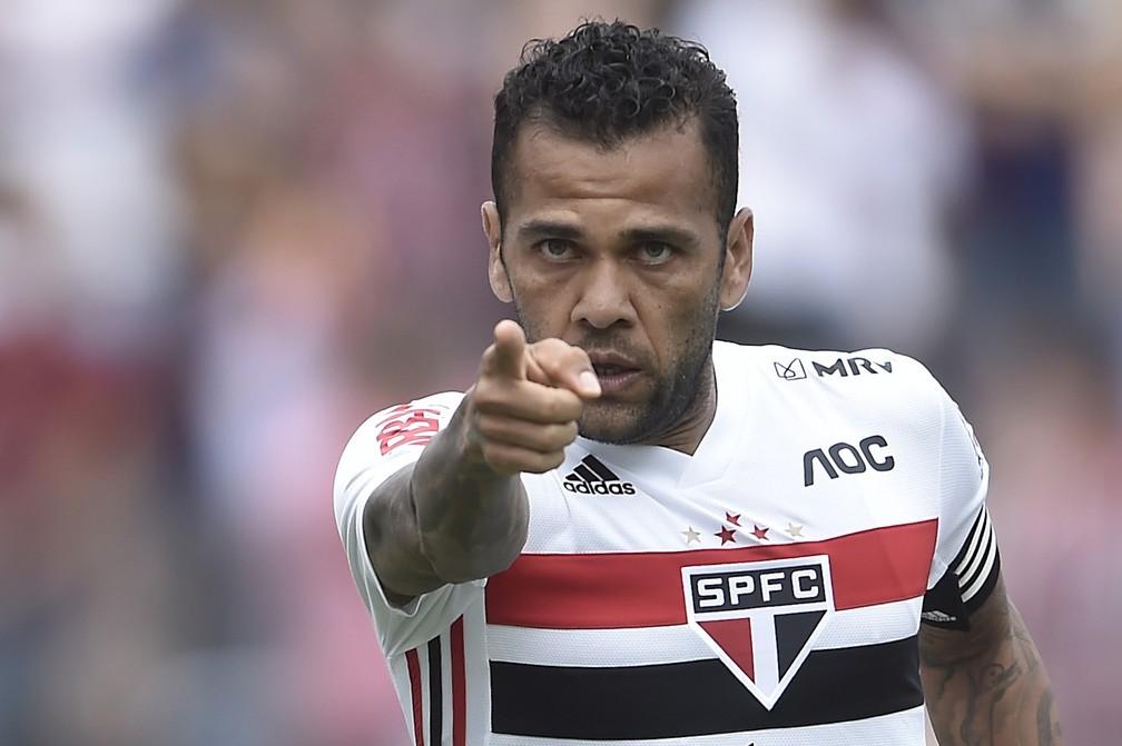 Daniel Alves é convocado para a Seleção e deve perder um jogo pelo ...