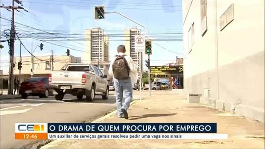 Desempregado pede por emprego nos sinais de Fortaleza