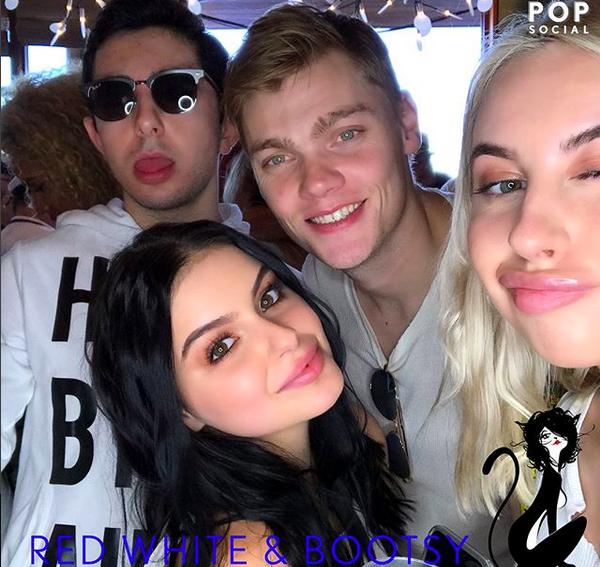 A atriz Ariel Winter com o namorado e amigos na festa do 4 de julho (Foto: Instagram)
