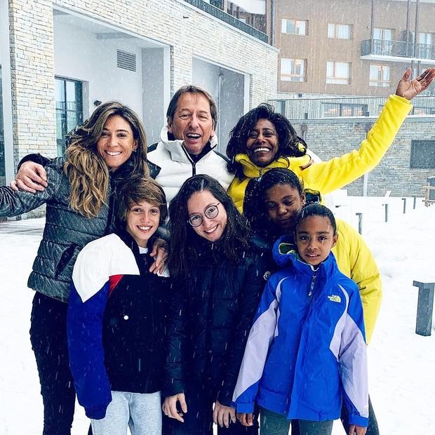 Gloria Maria com as filhas Laura e Maria e amigos (Foto: Reprodução Instagram)