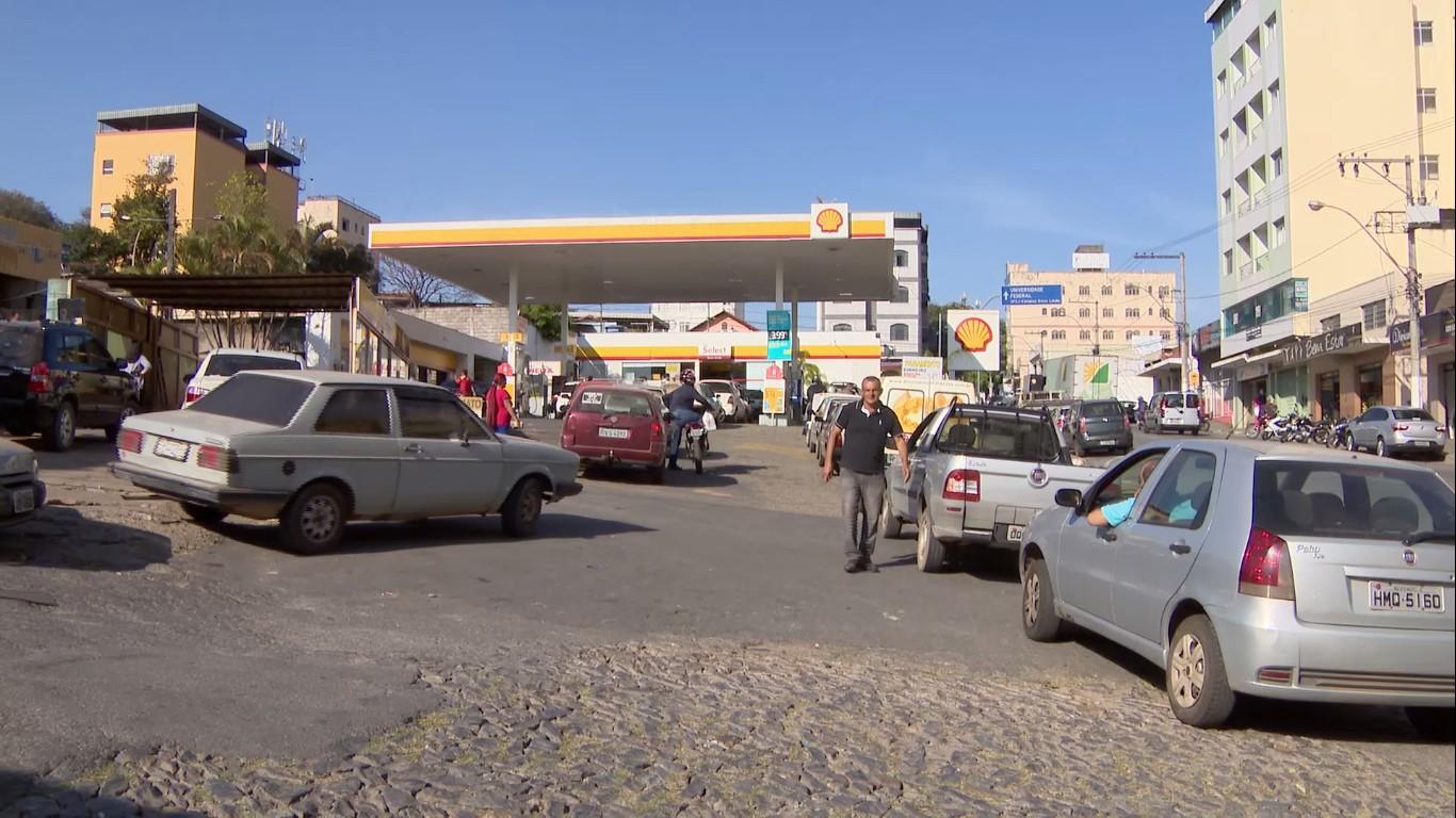 Postos de combustíveis registram filas em Divinópolis em reflexo à greve dos estanqueiros; ato foi suspenso nesta sexta