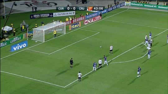Com pênalti polêmico, Corinthians venceu Cruzeiro na briga pela liderança em 2010