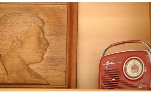 Filho de João Nogueira, Diogo tem uma escultura de madeira com a imagem paterna (Foto: Reprodução)