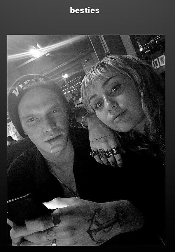 Miley Cyrus e Cody Simpson (Foto: Instagram)