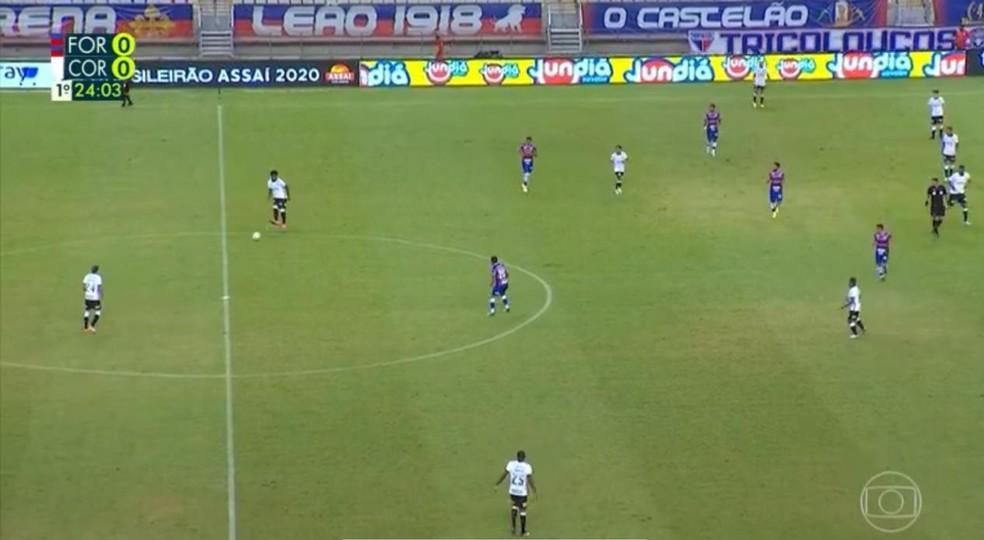 Saída de bola do Corinthians com Cantillo mais recuado — Foto: Reprodução
