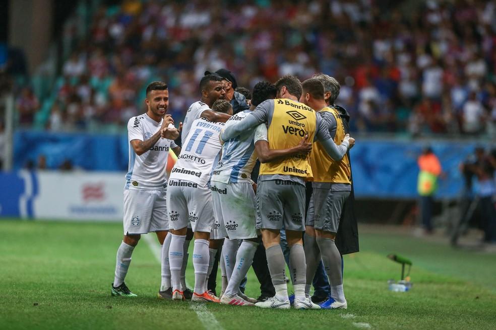 Renato e grupo do Grêmio comemoram classificação — Foto: Lucas Uebel/Grêmio