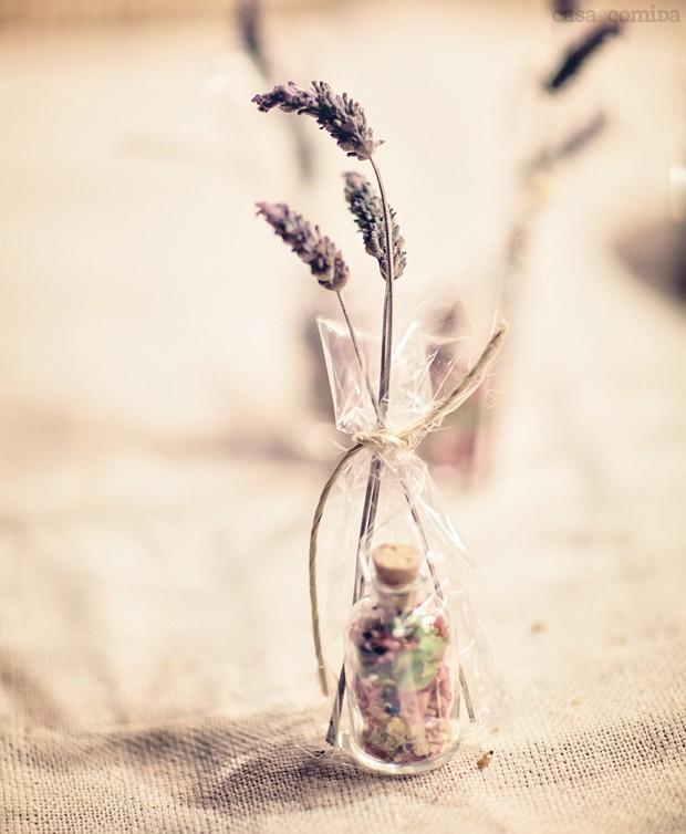 Ótima opção para casamento: a lembrança da foto é a miniatura do vaso que ficava exposto nas mesas dos convidados. Simples de ser feito, requer apenas um vidrinho com rolha e serragens coloridas. Para dar mais bossa, coloque-o dentro de um saquinho enfeit (Foto: Daniel Tancredi/Editora Globo)
