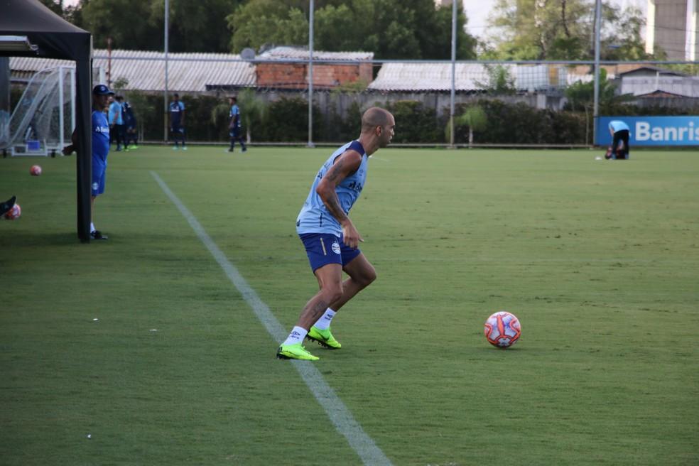 Diego Tardelli em treino do Grêmio — Foto: Eduardo Moura