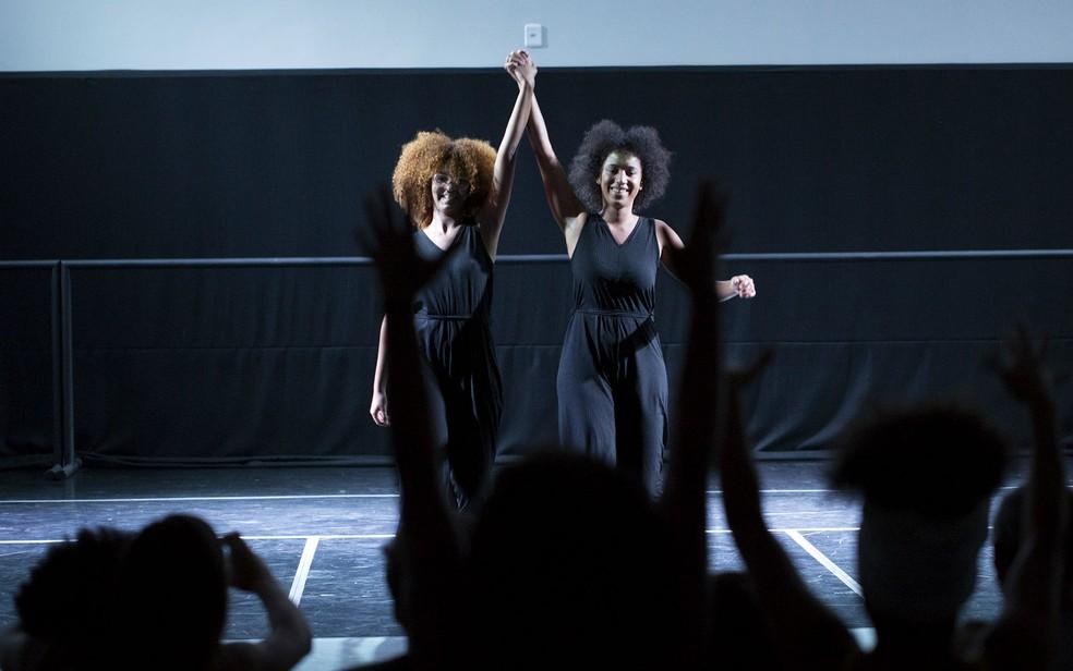 """Letícia Medeiros e Fernanda Fernandes agradecem plateia após apresentação do espetáculo """"Quitinete"""" no Centro de Dança de Brasília — Foto: Karina Zambrana/Divulgação"""