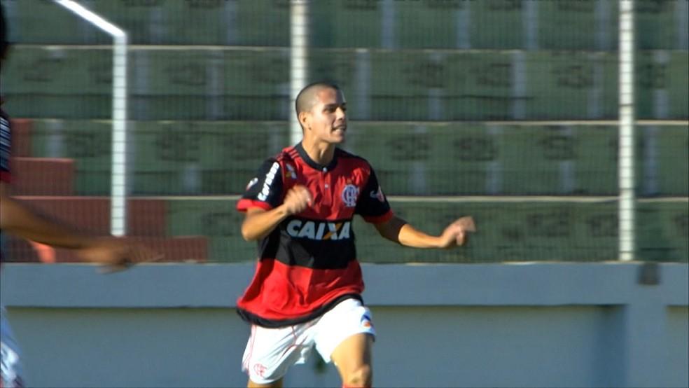 Vitor Ricardo comemora o primeiro gol dele diante do Palmeiras, na semifinal da Taça BH (Foto: Reprodução/SpoTV)