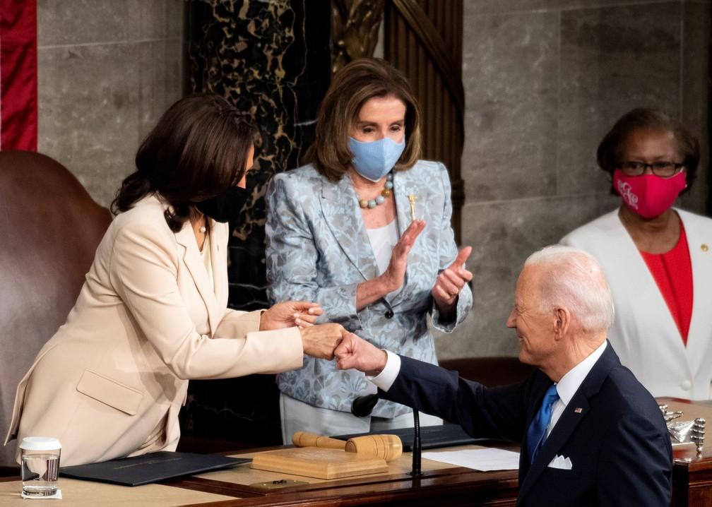 Joe Biden, presidente dos EUA, cumprimenta a vice Kamala Harris durante discurso no Congresso nesta quarta (28) — Foto: Caroline Brehman/Pool via Reuters