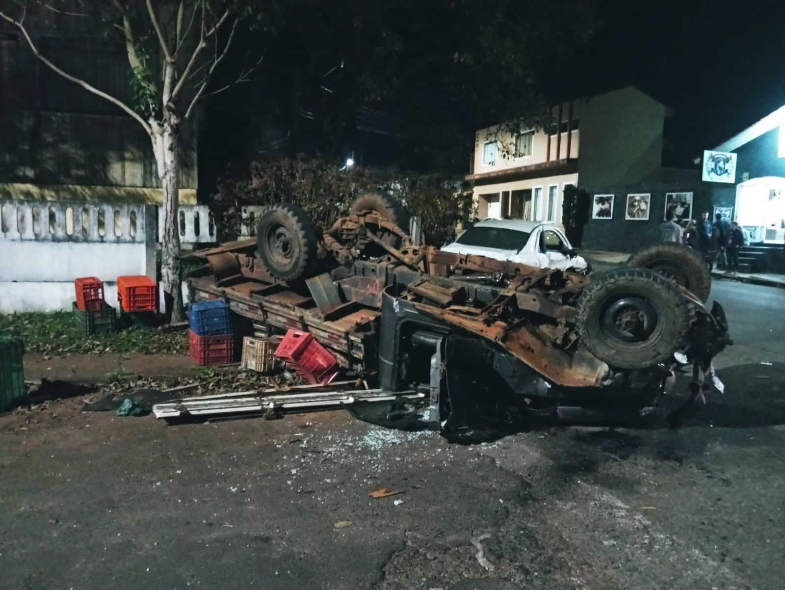 Caminhonete conduzida por adolescente de 16 anos na contramão bate em carro, em Guarapuava