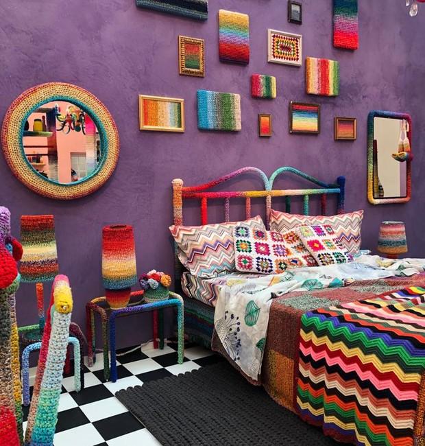 No quarto multicolorido, a estampa Missoni veste a cama e os quadrinhos, espelhos, criado-mudo e acessórios decorativos seguem o padrão listrado colorido  (Foto: Casa e Jardim)