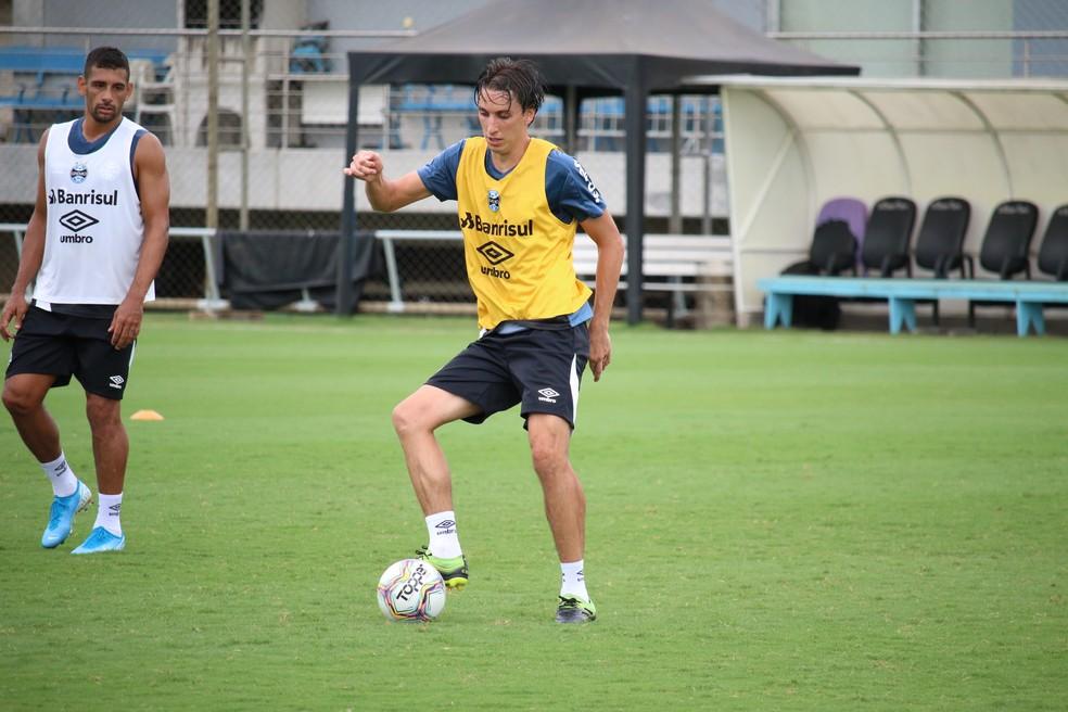 Zagueiro Pedro Geromel volta a treinar com bola — Foto: Lucas Bubols/GloboEsporte.com