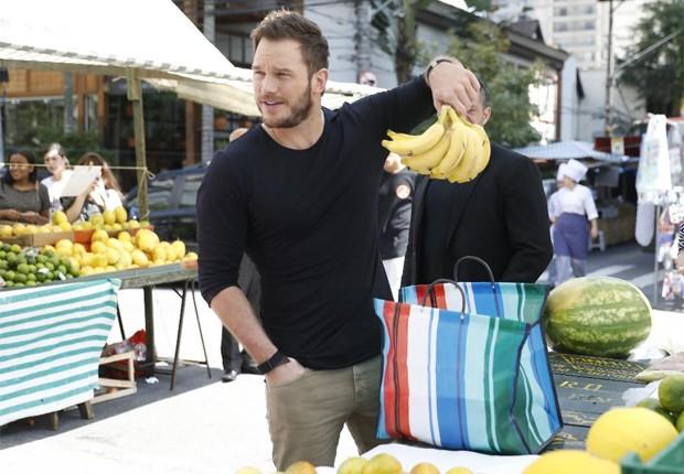 Chris Pratt escolhe frutas em feira livre de SP (Foto: Divulgação)