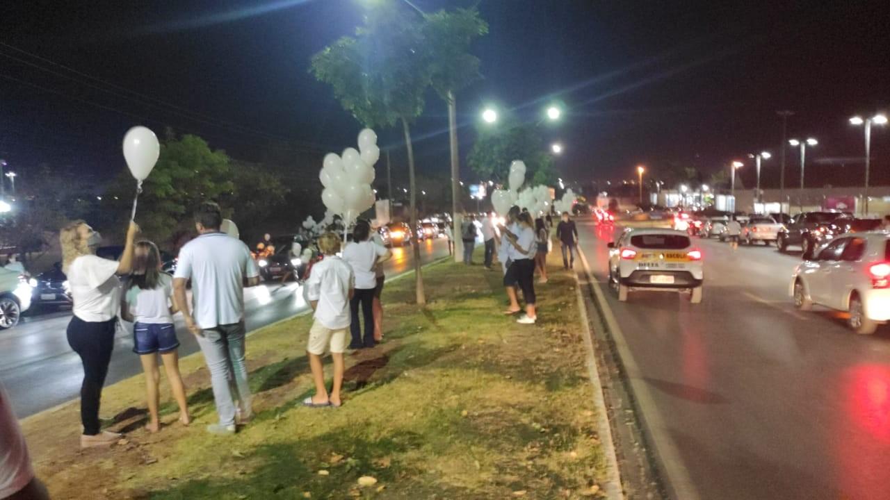 Amigos e familiares fazem carreata em homenagem por um mês da morte de menina morta por amiga em Cuiabá