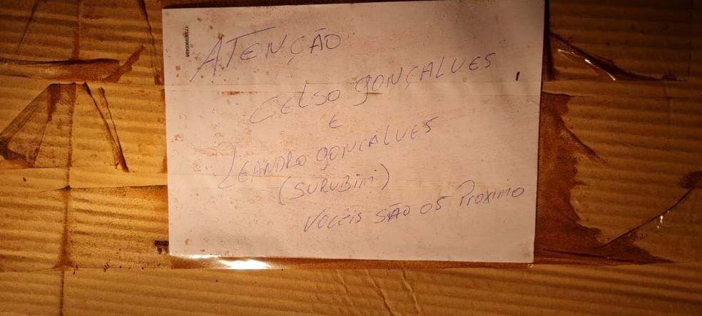 Bilhete que teria sido deixado pelos suspeitos — Foto: Redes sociais