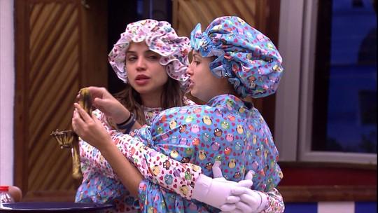 Paula e Jéssica levantam 'amarradas' com a roupa do Castigo do Monstro