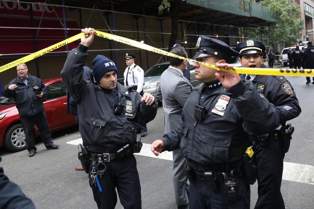Polícia isola rua de Manhattan em que investiga presença de pacote suspeito nesta sexta-feira (26) — Foto: Mike Segar /Reuters