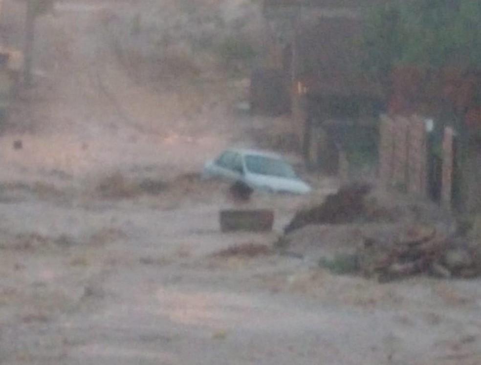 Com a chuva na tarde da quinta-feira (21), ruas ficaram alagadas em Pocinhos, PB — Foto: Reprodução/TV Paraíba
