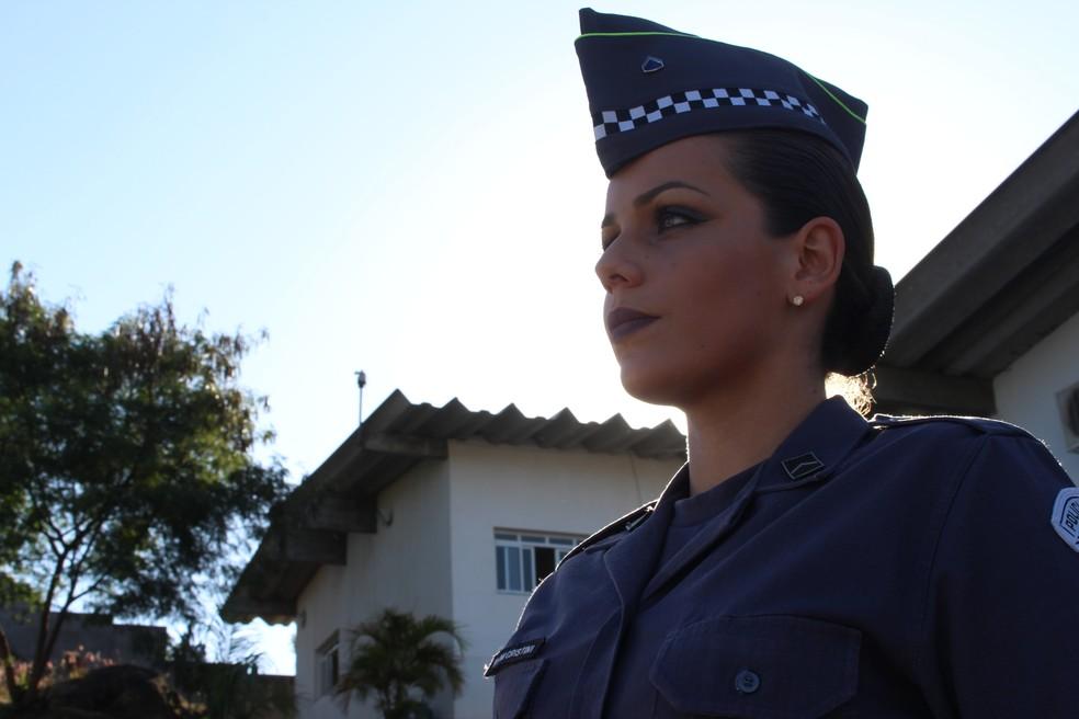 PM Juliana Cristini trabalha no setor administrativo da Polícia Militar (Foto: Carlos Dias/G1)