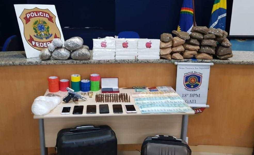 Drogas, munição para fuzil, pistola, celulares e dinheiro foram apreendidos em operação da PF, no Cabo de Santo Agostinho, no Grande Recife  — Foto: PF/Divulgação