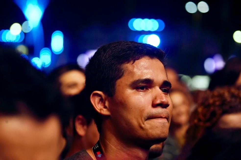 Clebson Teixeira, marido de Lulu Santos, chora durante show do amado no Rock in Rio 2019 — Foto: Marcos Serra Lima/G1