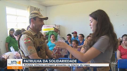 Policiais militares entregam presentes de natal no interior de Lages