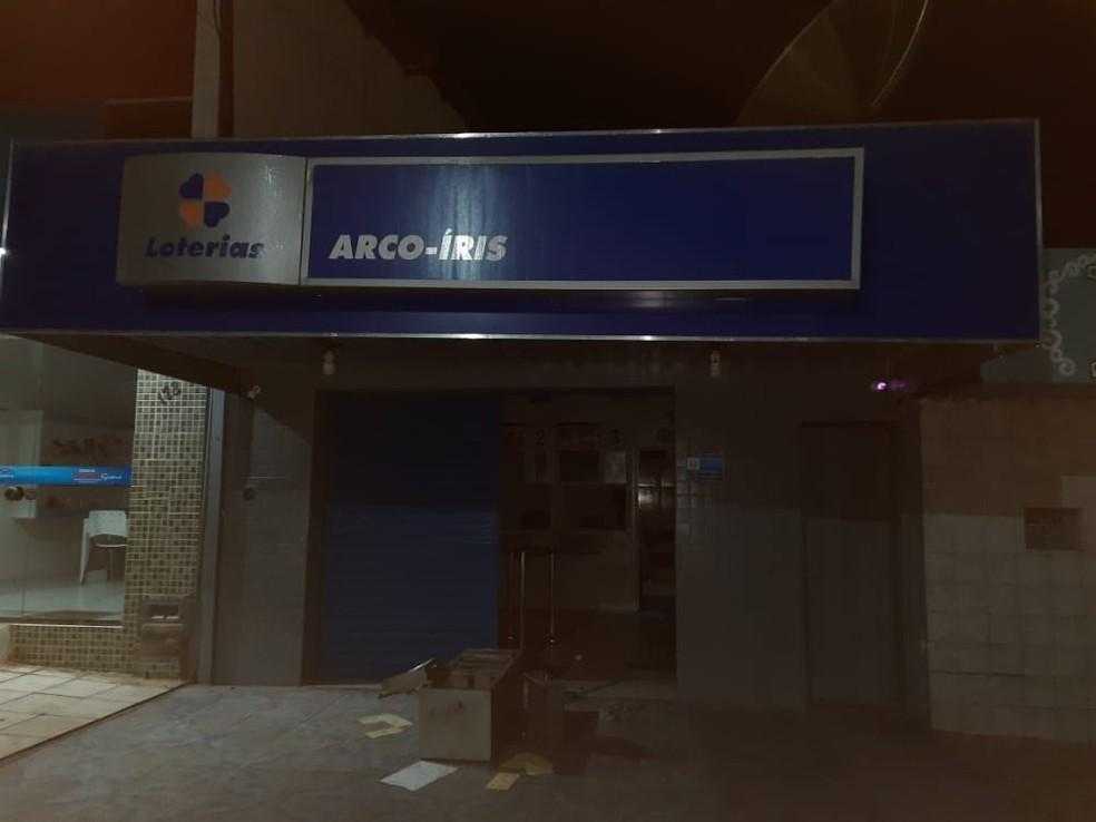 Cofre de lotérica deixado do lado de fora do prédio por criminosos que atacaram município de São Tomé, no Agreste potiguar. — Foto: Redes sociais