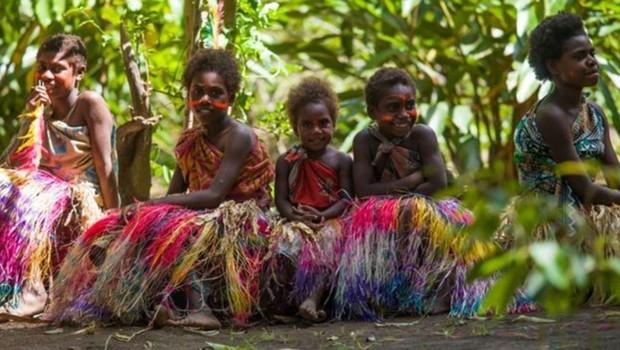 Meninas em roupas coloridas e saias de capim para dança tradicional: quando elas crescerem, poderão escolher um futuro diferente para Vanuatu (Foto: Getty Images/BBC)