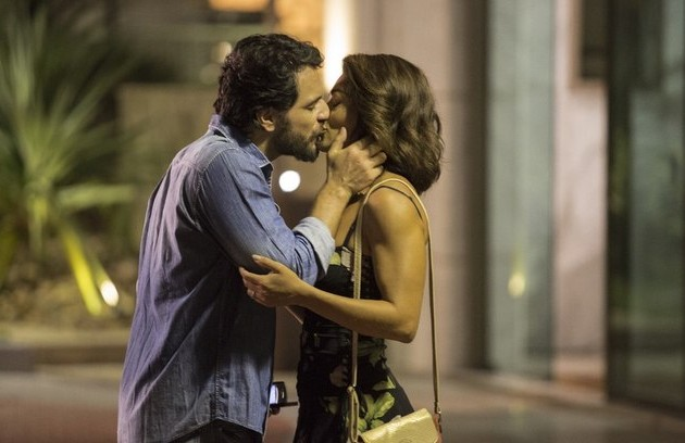 No passado, Bibi era estudante e noiva de Caio (Rodrigo Lombardi), um advogado com futuro promissor (Foto: Reprodução)