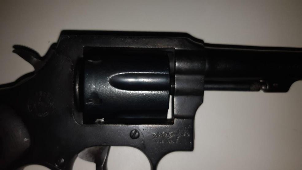 PRF encontrou um revólver da marca Taurus, no calibre 38, com sequestrador — Foto: PRF/Divulgação