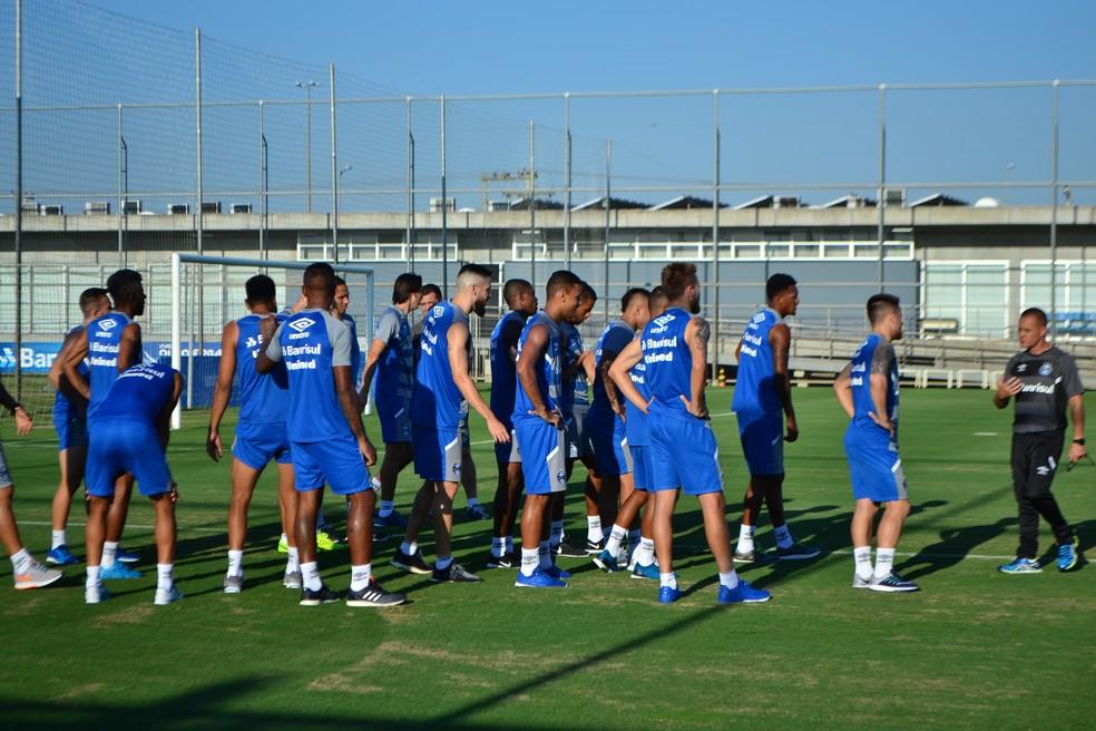 Rogerinho passa treino aos atletas (Foto: Eduardo Moura)