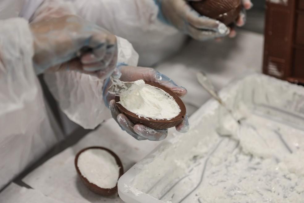 Produção de ovos de pácoa é um dos cursos oferecidos em março pelo Sesc RN (Foto: Fábio Tito/G1)