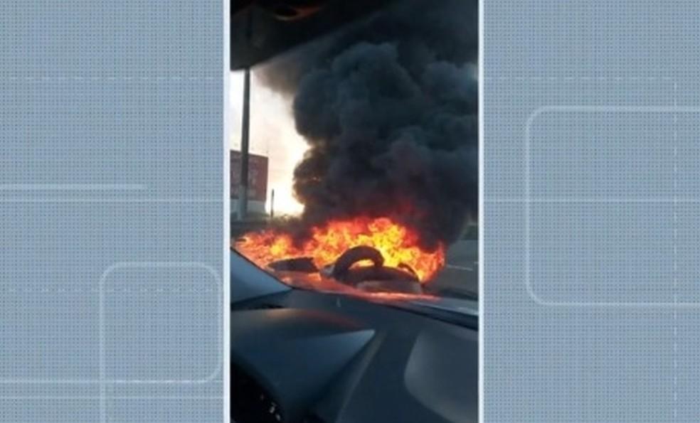 Manifestação interdita BR-324 e causa congestionamento na região de Feira de Santana — Foto: Reprodução/TV Bahia