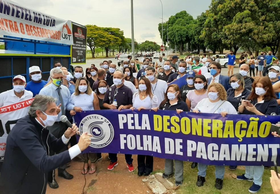 Manifestantes durante ato que pediu a derrubada pelo Congresso do veto presidencial à prorrogação da desoneração da folha de pagamento de empresas de 17 setores — Foto: Pedro Henrique Gomes / G1