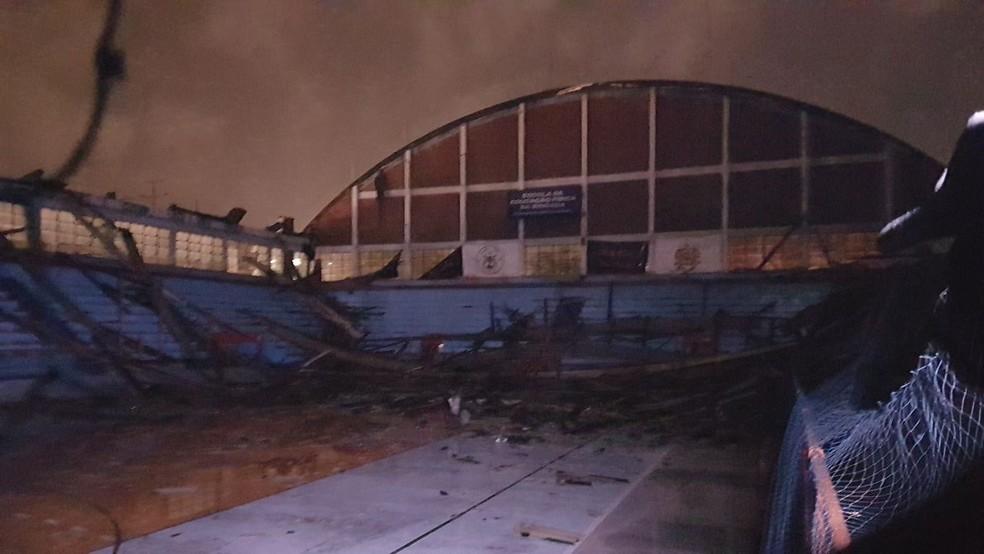 Ginásio da Brigada Militar ficou sem telhado com a força do vento em Porto Alegre (Foto: Léo Saballa Jr/RBS TV)