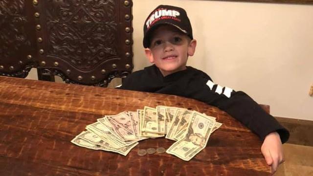 Benton com parte do dinheiro arrecadado (Foto: Reprodução Facebook)