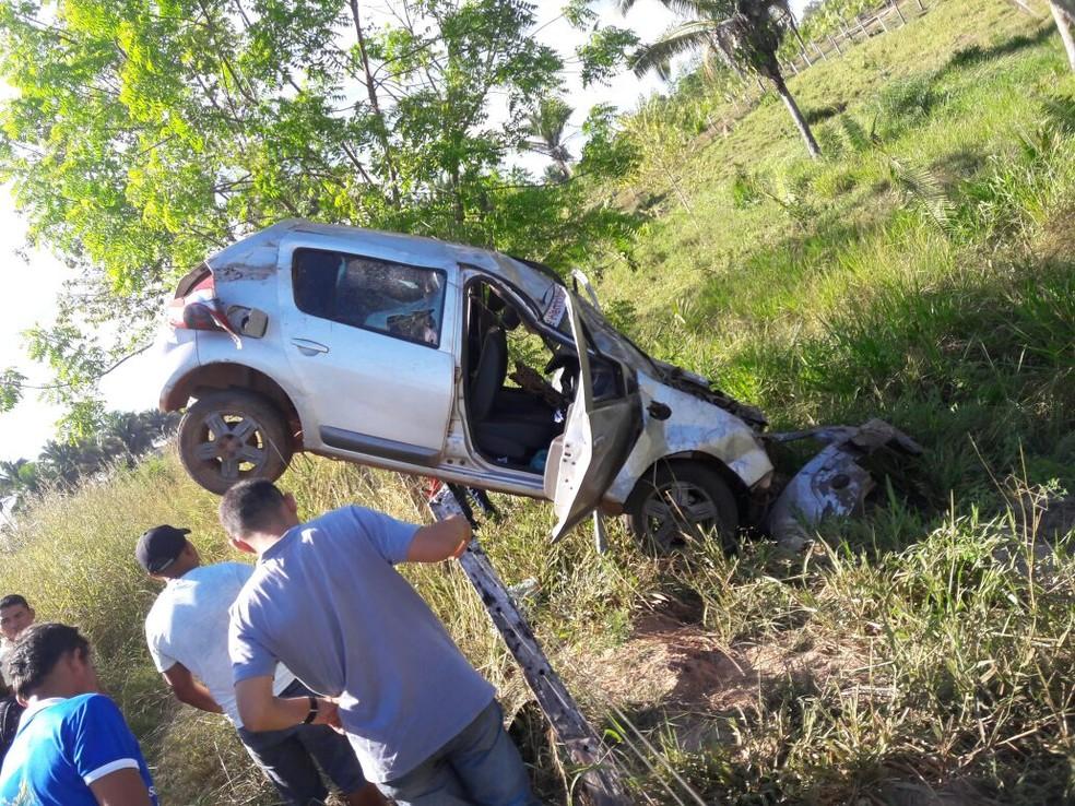 Carro foi parar em cima da cerca após batida (Foto: Polícia Militar/Divulgação)