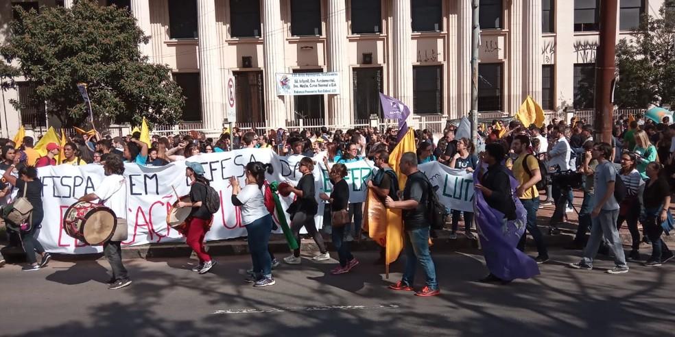 Estudantes mobilizados para iniciar caminhada rumo ao Centro de Porto Alegre para manifestação contra bloqueios na educação — Foto: Jonas Campos/RBS TV