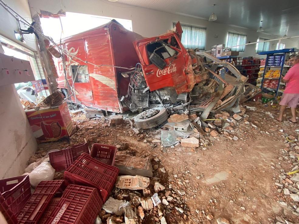 Caminhão perde freio e invade supermercado no Centro de Juruaia (MG) — Foto: Reprodução/Redes sociais